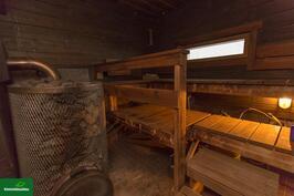 Sauna lämpiää isolla kiukaalla