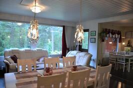 olohuone ja keittiön ruokailutilaa