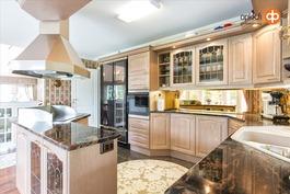 Keittiössä laadukkaat kodinkoneet ja kivitasot.