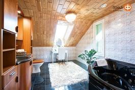 Päämakuuhuoneen vieressä oleva kylpyhuone.