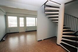 Oleskelutilaan ja portaikkoon