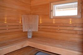 Ikkunallinen, nurkkalautein varustettu sauna.