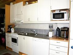 keittiössä on runsaasti kaapistoja ja laskutilaa