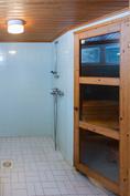 Pesuhuone on erittäin tilava.