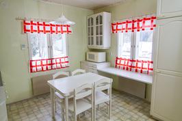 Valoisa keittiö jossa on ikkunat kahteen suuntaan.