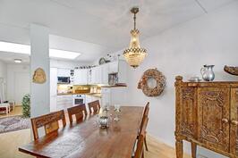 Ruokailutilaan mahtuu tilava pöytä. Kattoikkunat tuovat luonnonvalon kauniisti sisälle.