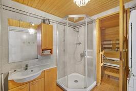 Kylpyhuoneessa hyvin tilaa, oma sauna