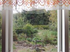 Kuistilta näkymät puutarhaan ja metsään sen taakse