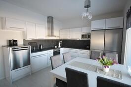 kaunis valkoinen keittiö