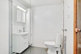 Kylpyhuone uusittu täysin nyt putkirem. yhteydessä/ Badrummet förnyat nu i samband med rörrenov.