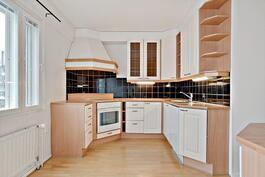 Kodikas keittiö/ Hemtrevligt kök.