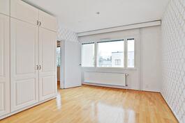 Makuuhuone 2, kulku olohuoneesta/ Sovrum 2, genomgång via vardagsrummet.