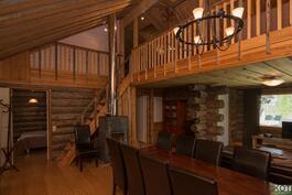 Olohuone, ruokailutila ja keittiö ovat yhtä avaraa tilaa. Yläkerrassa suuri parvi.