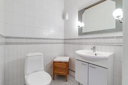 Erillis-wc alakerran aulassa