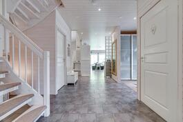 Näkymä aulasta keittiön ja olohuoneen suuntaan