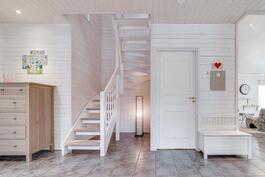 Aulasta portaat yläkertaan