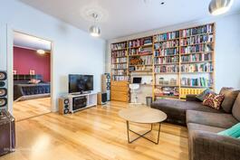 Kirjastoa/olohuonetta