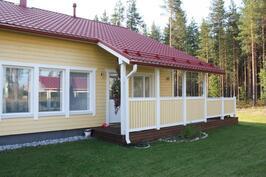 Talon takapihan puoleinen terassi.