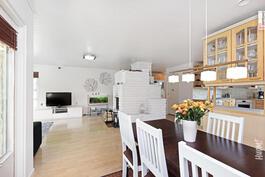 Olohuone, ruokailtila ja keittiö muodostavat yhtenäisen kokonaisuuden.