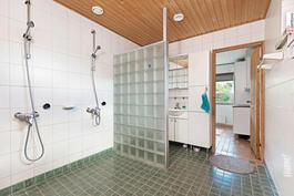 Kylpyhuoneen yhteydessä wc-tila.