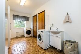 Kodinhoitohuoneesta on käynti ulos ja pesutiloihin