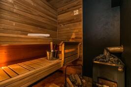 Remontoitu sauna, jonka puukiuas antaa mahtavat löylyt