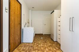 Kodinhoitohuoneessa on tilaa pyykkihuollolle