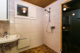 Kylpyhuoneessa on pesuallas ja ikkuna
