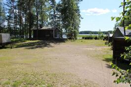 Näkymä päärakennukselta järvelle