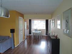 Olohuoneesta ruokailutilaan, vaatehuoneen ovi vasemmalla