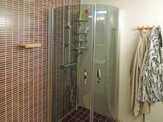 Toimiva ja tyylikäs suihkunurkkaus