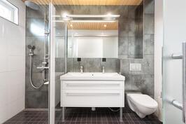 Päämakuuhuoneen oma kylpyhuone