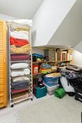 Vaatehuone, hyödynnetty tehokkaasti portaikon alle jäävä tila