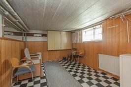 Saunan vieressä on tilava pukuhuone jonka voisi jakaa pesuhuoneeksi ja kodinhoitotilaksi. Pesukoneliitäntä on valmiina.