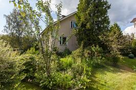 Kaunis puutarhapiha ympäröi taloa.