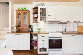 Keittiössä vaaleat kaapistot