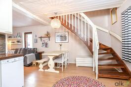 Keittiöstä nousevat kauniit portaat kodin yläkertaan.