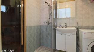 Kylpyhuone jossa tilaa pesutornille