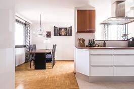 Keittiöremontin yhteydessä muutettiin keittiön pohjaratkaisua onnistuneesti, ja lattia laatoitettiin