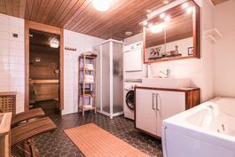 Tässä kodissa on todellinen koti-spa kahden hengen porealtaalla.