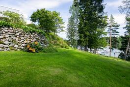 Ranta on osin jylhää luonnonkalliota ja osin hyvinhoidettua, pengerryksin viimeisteltyä nurmea.