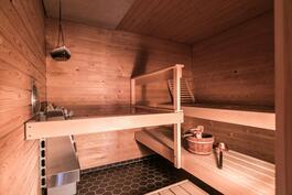 Tilava löylyhuone täydentää viihtyisän spa/saunaosaston.