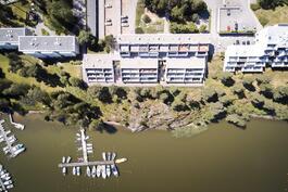 Yhtiöllä on oma venelaituri ja omaa vesialuetta, mikä on harvinaista Helsingissä.