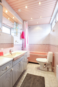 Yläkerran kylpyhuone /wc