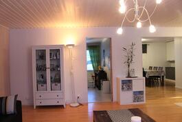 Oh, vasemmalla ovi mh2 ja oikealla keittiö.