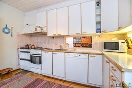 Keittiön välitilan liukuovi ikkuna on kiva ja persoonallinen yksityiskohta.
