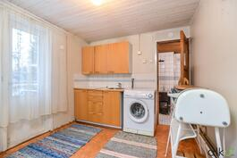 Alakerran kodinhoitohuoneessa on hyvin tilaa kodin askareita varten