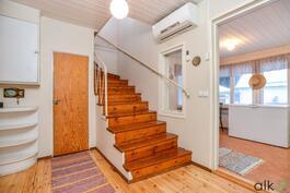 Aulan keskipisteenä yläkertaan johtavat portaat