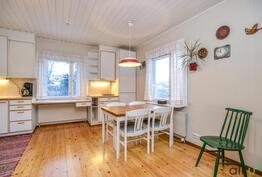 Kodikkaan keittiön ikkunat tuovat taloon paljon valoa!