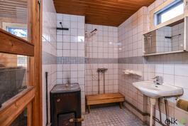Alakerrassa sijaitsee kodin kylpytilat